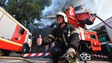 Сотрудник противопожарной службы во время тушения пожара в торговом центре Атом на Таганской площади в Москве. 9 августа 2017