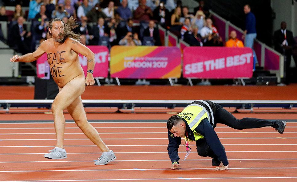 Мужчина выбежал на стадион во время чемпионата мира по легкой атлетике в Лондоне