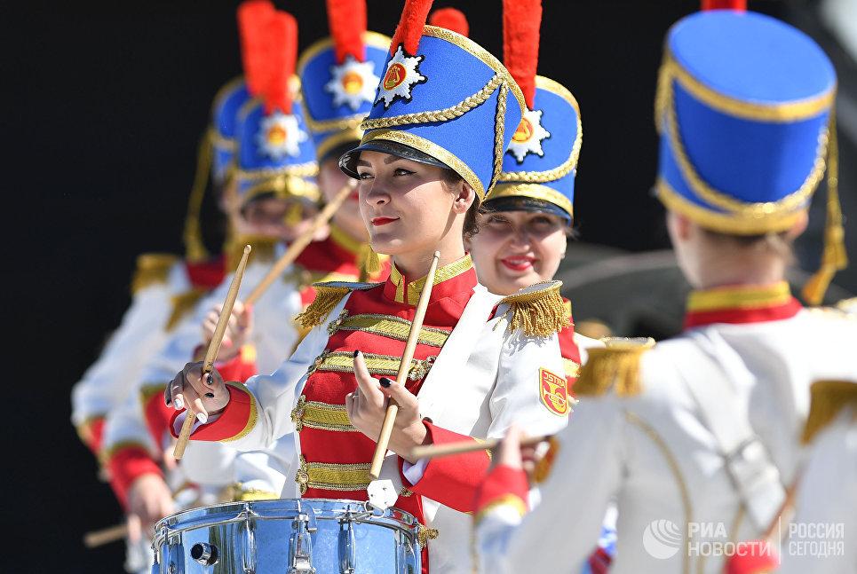 Девушки-барабанщицы перед началом турнира Живые шахматы на территории Бородинского военно-исторического музея-заповедника