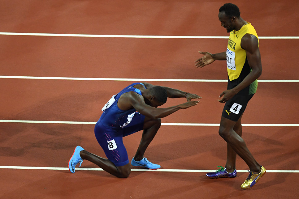 Американский спортсмен Джастин Гатлин опустился на колени перед Усэйном Болтом после того, как обогнал его в забеге