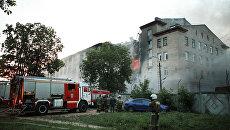 Сотрудники противопожарной службы тушат пожар на швейной фабрике в Смоленске. 10 августа 2017