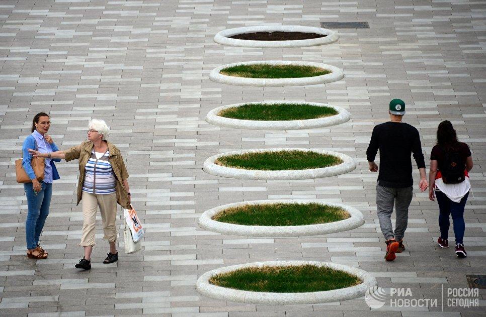 Пешеходы на Якиманской набережной в Москве