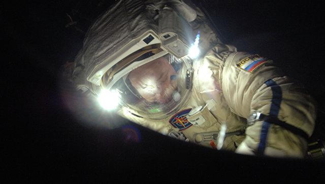 Российский космонавт Александр Мисуркин во время выхода в открытый космос. Архивное фото