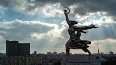 Скульптура Веры Мухиной Рабочий и колхозница у Всероссийского выставочного центра. Архивное фото