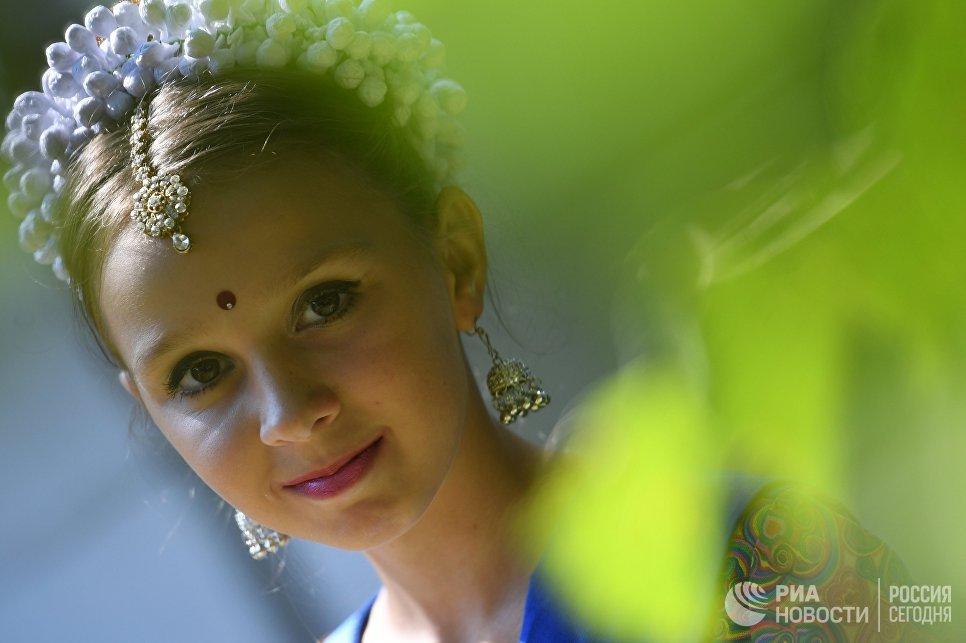 Участница фестиваля индийской культуры в честь Дня независимости Индии в парке Сокольники. 12 августа 2017