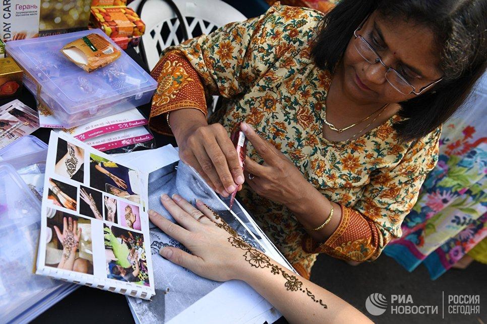 Роспись хной на фестивале индийской культуры в парке Сокольники.  12 августа 2017