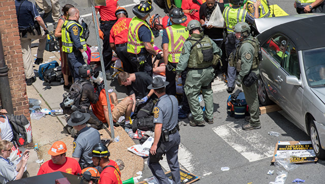 Раненым оказывают помощь после того, как автомобиль наехал на людей в американском городе Шарлоттсвилль