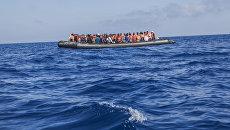 Лодка с мигрантами в море. Архивное фото