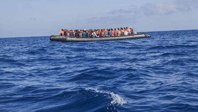 Лодка с мигрантами недалеко от берегов Ливии. Архивное фото