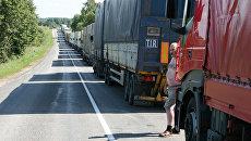 Очередь из грузовиков. Архивное фото