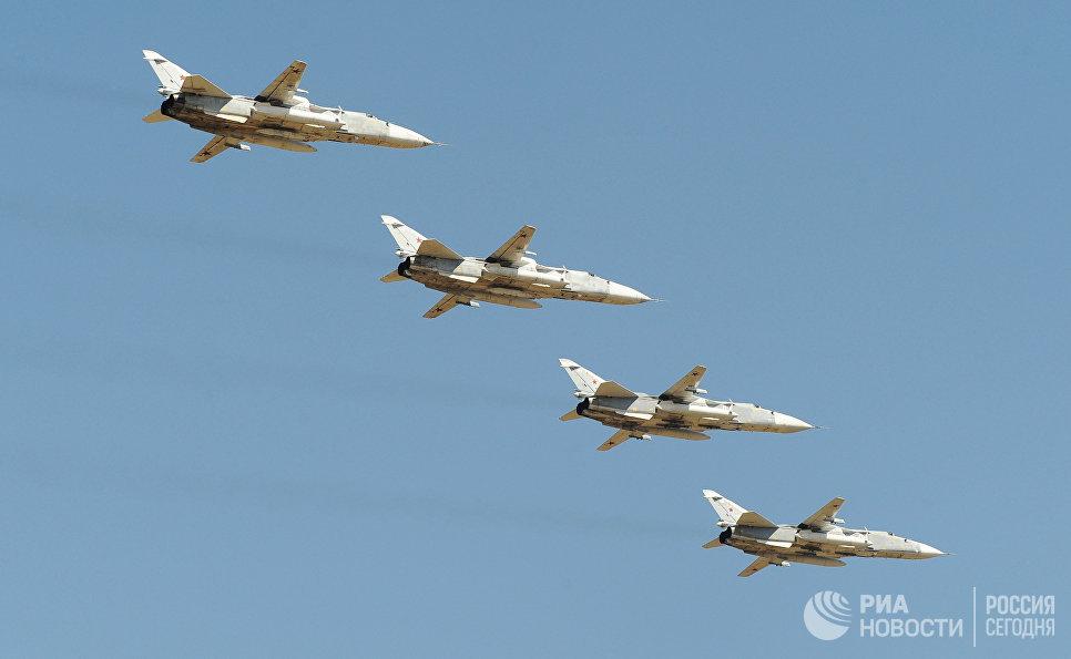 Самолеты Су-24 над полигоном Кадамовский в Ростовской области во время подготовки к международному военно-техническому форуму Армия-2017