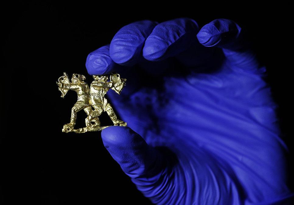 Золотая аппликация на одежду в виде двух воинов в Британском музее в Лондоне во время подготовки к выставке Скифы: воители древней Сибири