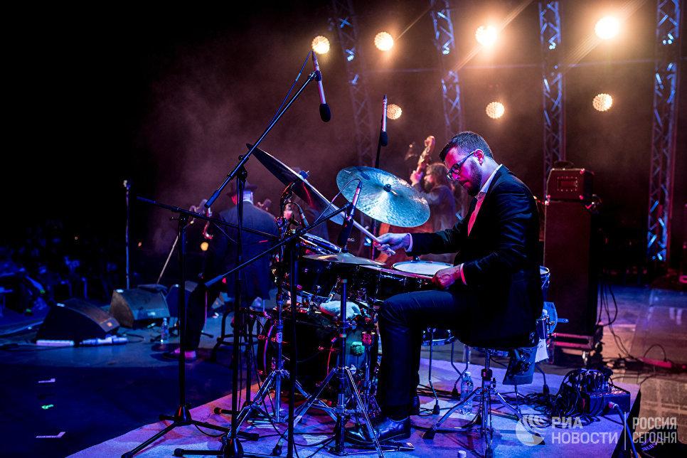 Музыкант Александр Зингер во время выступления коллектива Brill Family на фестивале Koktebel Jazz Party 2017