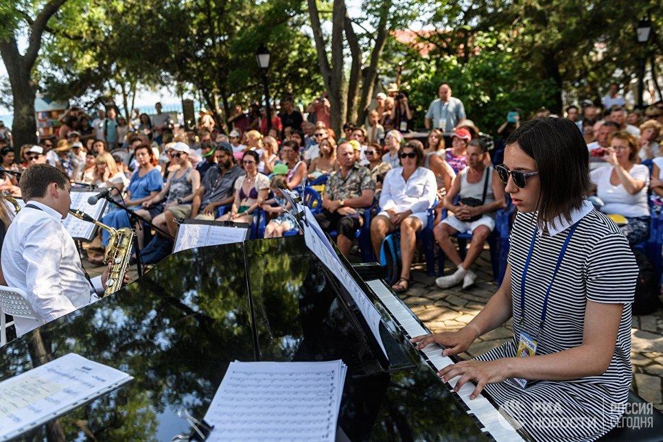 Музыканты джазового оркестра детской школы искусств департамента культуры Москвы выступают на Волошинской сцене фестиваля Koktebel Jazz Party 2017