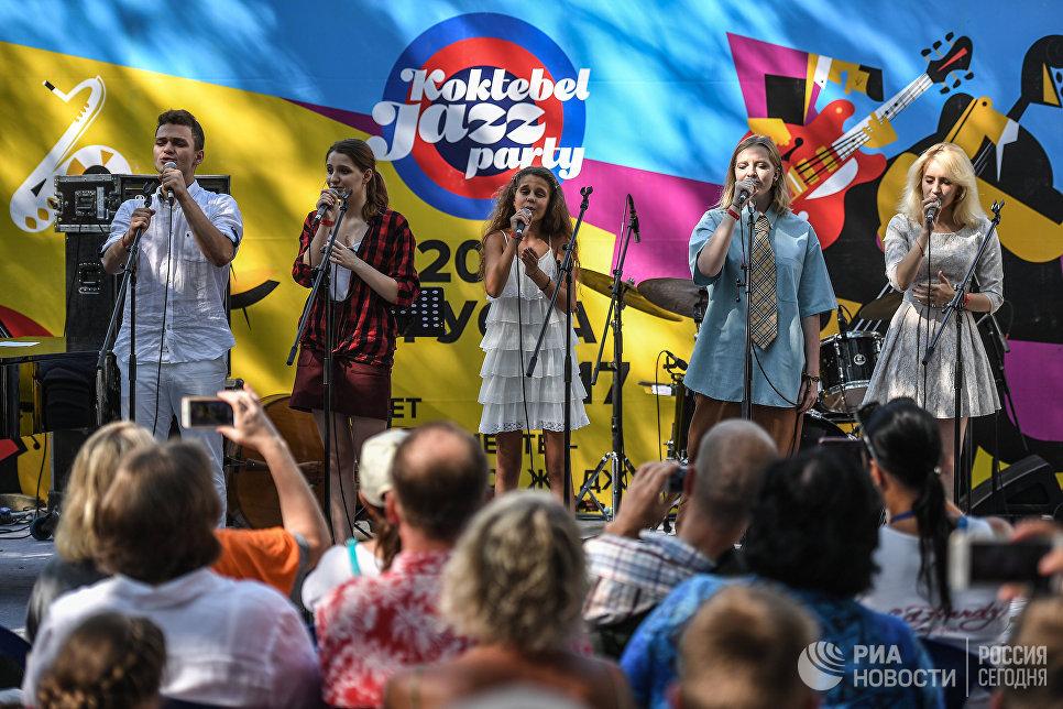 Участники Детского музыкального театра Домисолька выступают на Волошинской сцене фестиваля Koktebel Jazz Party 2017