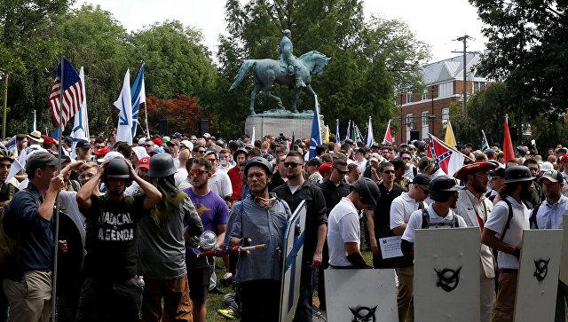 Ультраправые собираются возле памятника Роберту Ли во время протестов в Шарлоттсвилле, штат Вирджиния
