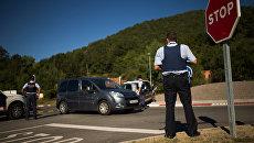 Полицейский на контрольно-пропускном пункте в Каталонии. Архивное фото