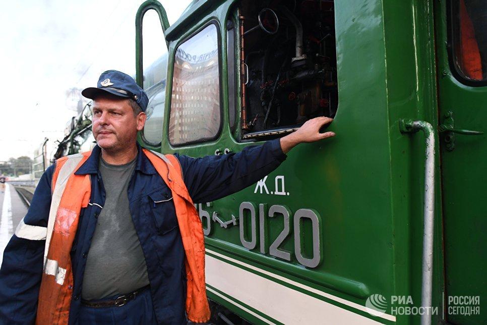 Машинист туристического поезда Императорская Россия перед отправлением с Казанского вокзала по маршруту Москва - Пекин