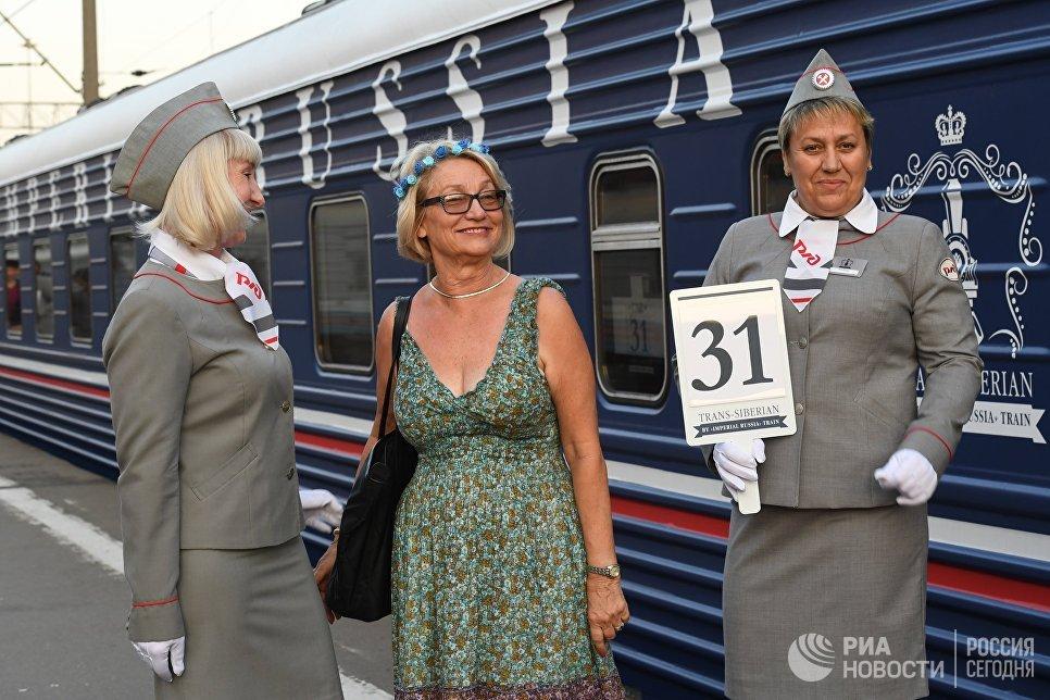 Проводницы и пассажирка туристического поезда Императорская Россия