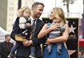 Актер Райан Рейнольдс с женой Блейк Лайвли и детьми во время церемонии награждения его звездой на Голливудской Аллее славы