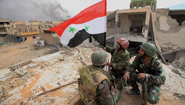 Военнослужащие САА с флагом Сирии. Архивное фото