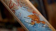 Свернутая в рулон политическая карта Европы. Архивное фото