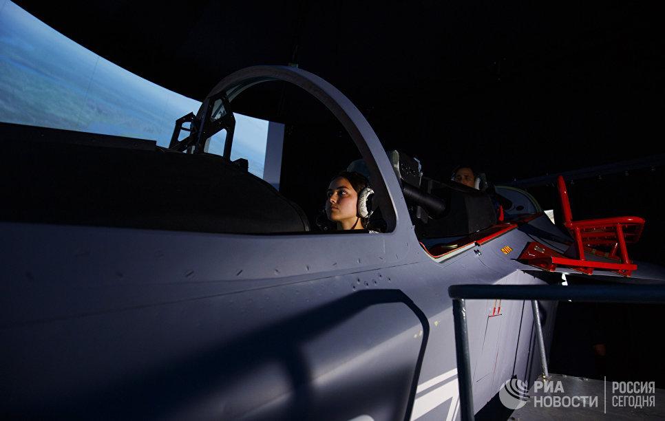 Девушки-кандидаты в курсанты Краснодарского высшего военного авиационного училища летчиков тренируются в летном тренажерном комплексе
