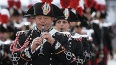 Музыкант оркестра корпуса карабинеров Италии на шествии участников фестиваля Спасская башня на Поклонной горе в Москве