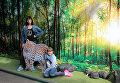 На специальной площадке все желающие могли запечатлеть себя вместе с леопардом
