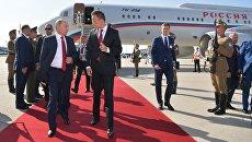 Владимир Путин и министр внешних экономических связей иностранных дел Венгрии Петер Сийярто во время встречи в аэропорту Будапешта.  28 августа 2017