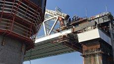 Железнодорожная арка моста в Крым поднята до проектной высоты 35 метров. Архивное фото