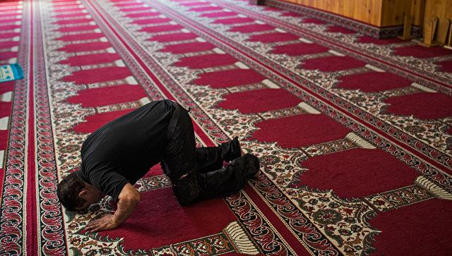 Мусульманин молится в мечети в городе Риполь к северу от Барселоны, Испания. 19 августа 2017
