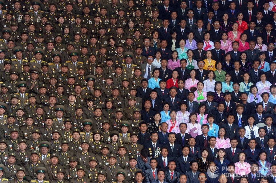 Солдаты Корейской народной армии и жители Пхеньяна на стадионе имени Ким Ир Сена