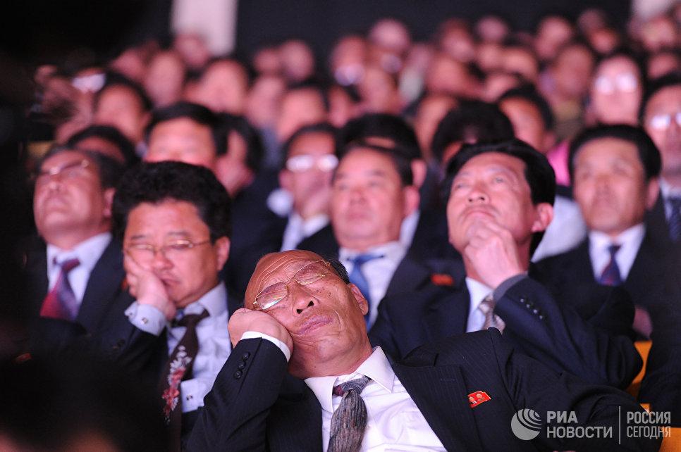 Зрители во время гала-концерта в честь 100-летия основателя Северной Кореи Ким Ир Сена