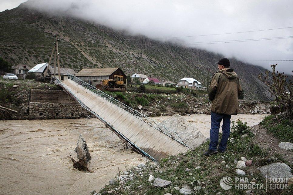 Мост, обрушившийся в результате схода селя в Кабардино-Балкарии. 1 сентября 2017