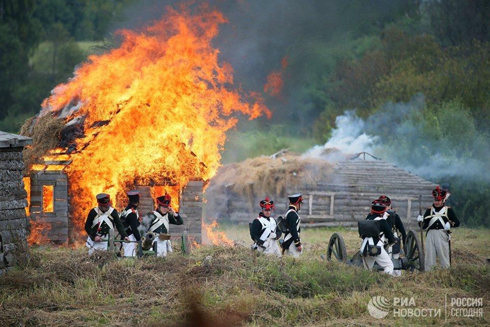 Участники военно-исторической реконструкции Бородинского сражения