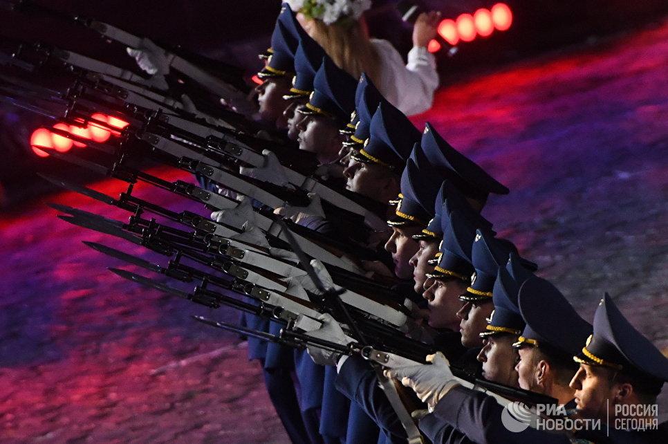 Оркестр и рота Почётного караула Вооруженных сил (Белоруссия) на торжественной церемонии закрытия X Международного военно-музыкального фестиваля Спасская башня в Москве