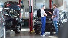 Механик общается с клиентом в автосервисе