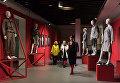Посетители знакомятся с экспозицией на открытии международной выставки Мода – народу! От конструктивизма к дизайну в музейно-выставочном центре Рабочий и Колхозница в Москве
