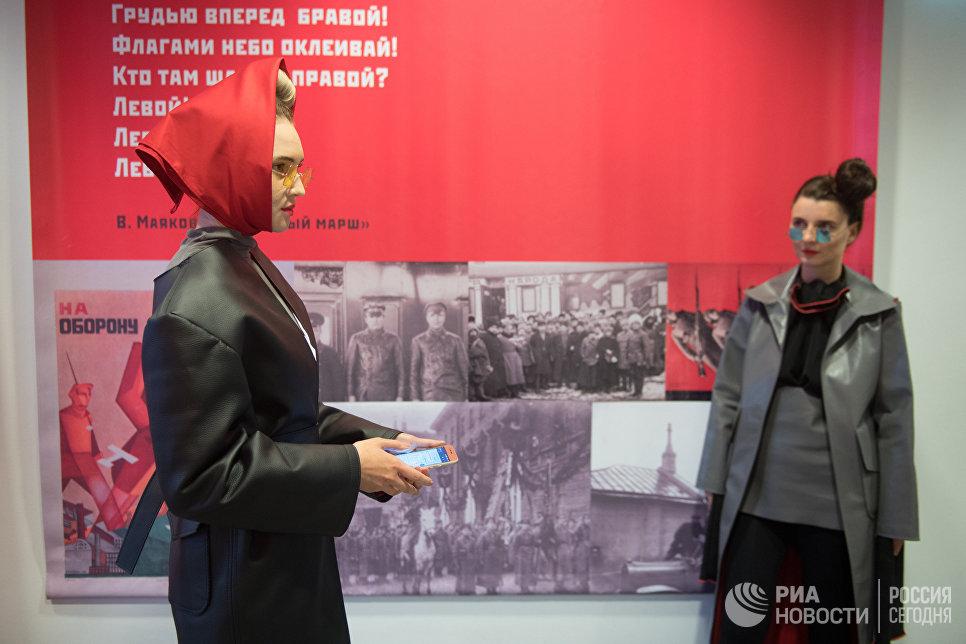 Модели демонстриурют одежду на открытии международной выставки Мода – народу! От конструктивизма к дизайну в музейно-выставочном центре Рабочий и Колхозница в Москве