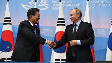 Президент РФ Владимир Путин и президент Республики Кореи Мун Чжэ Ин во время совместного заявления для прессы по итогам встречи на Восточном экономическом форуме. 6 сентября 2017