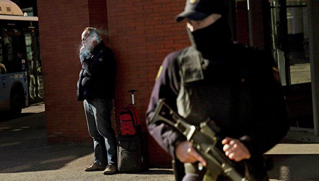Испанский полицейский на улице Мадрида. Архивное фото
