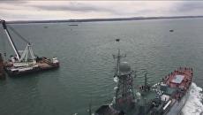 Корабль Азов впервые прошел под аркой моста через Керченский пролив