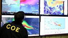 Член комитета по чрезвычайным операциям следит за траекторией движения урагана Ирма. Архивное фото