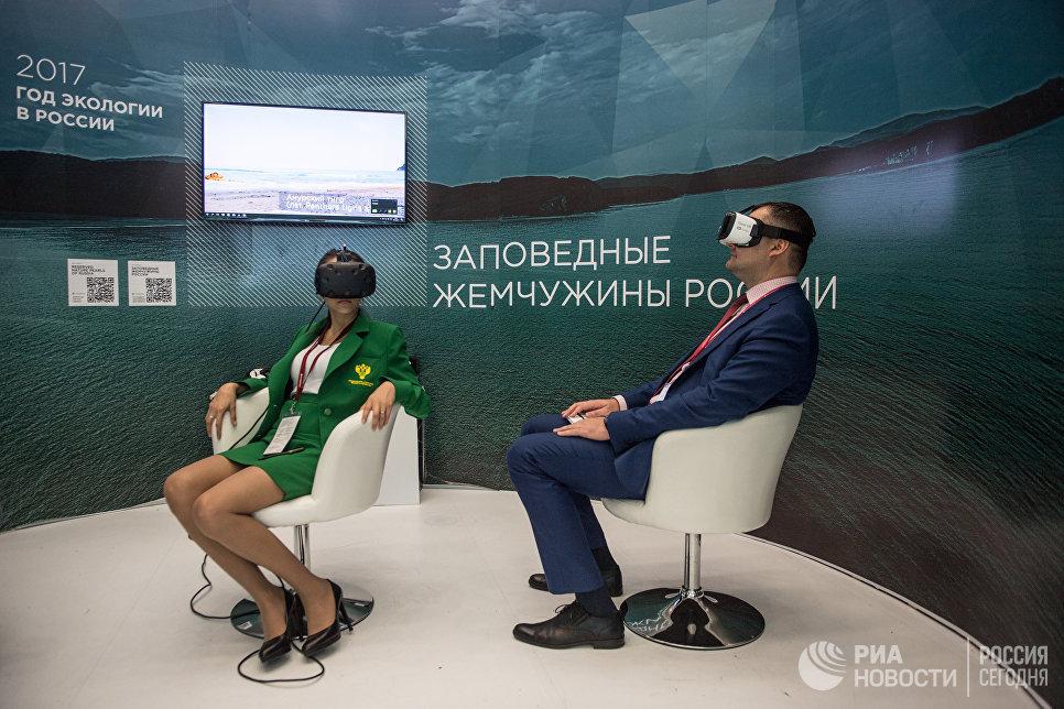 Посетители на стенде Министерства природы РФ на Восточном экономическом форуме во Владивостоке
