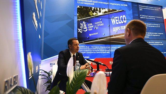 Глава Росприроднадзора России Артем Сидоров во время интервью у стенда Международного мультимедийного пресс-центра МИА Россия сегодня на площадке III ВЭФ-2017 во Владивостоке