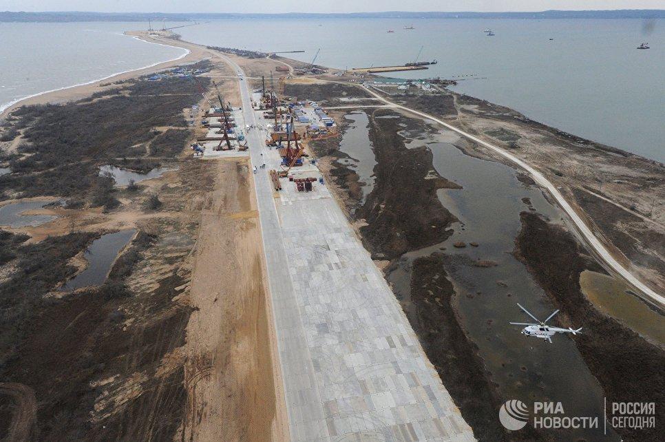 Вертолет над островом Тузла. 18 марта 2016