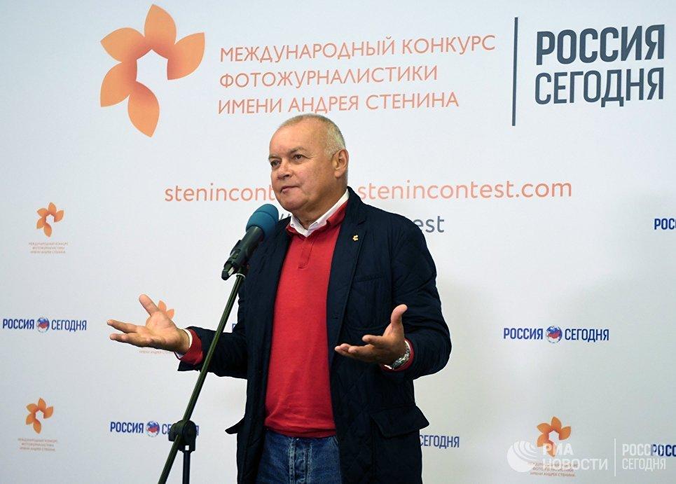 Генеральный директор МИА Россия сегодня Дмитрий Киселев на выставке работ финалистов Международного конкурса фотожурналистики имени Андрея Стенина. 7 сентября 2017
