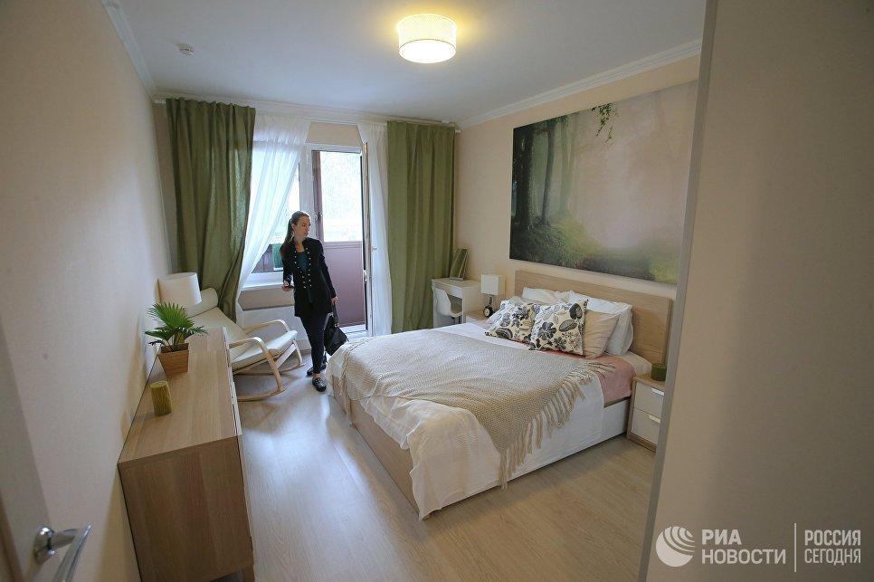 Спальня типовой 2-комнатной квартиры, предназначенной для переселения по программе реновации, в шоу-руме на ВДНХ в Москве