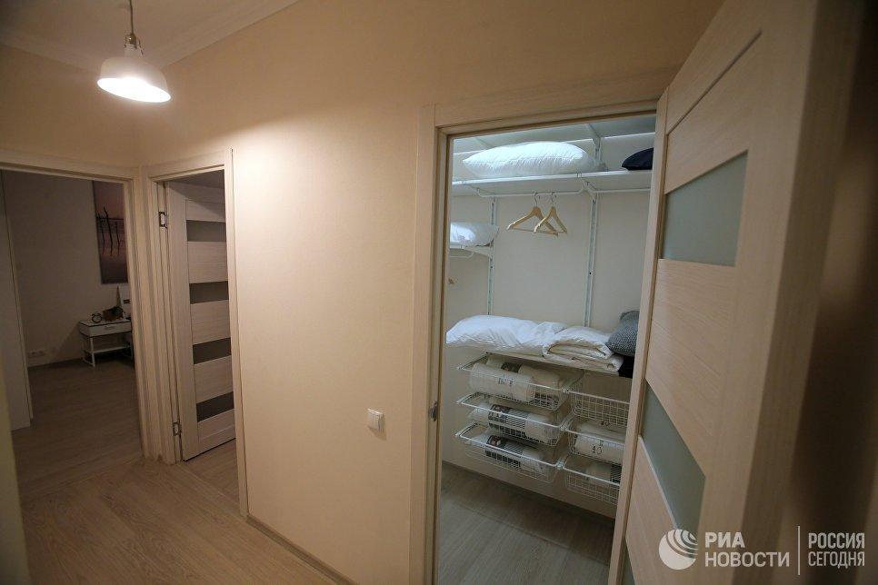Прихожая типовой 3-комнатной квартиры, предназначенной для переселения по программе реновации, в шоу-руме на ВДНХ в Москве